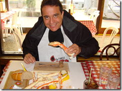 Ramon Durães apreciando o caranguejo Alaskan king crab no The Crab Pont em Seattle 2009 nos EUA